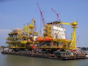 Offshore living quarters loadout