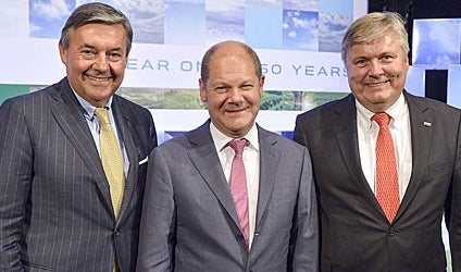 Celebrating in 150 Years of DNV GL Hamburg: Michael Behrendt (v. l.), Chairman of the Executive Board of Hapag Lloyd AG, Olaf Scholz, First Mayor of the Free and Hanseatic City of Hamburg, and Henrik O. Madsen, President and CEO of the DNV GL Group.